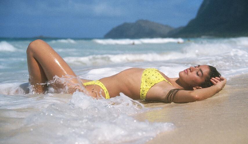 黑色素瘤(melanoma)是皮肤癌的一种,在美国也是致死率最高的皮肤病。黑色素瘤源自于黑色素细胞,好发于成人;又称为皮下黑色素瘤或恶性黑色素瘤,是皮肤癌中罕见的一种。   根据世贸通集团驻洛杉矶客服中心提供的资讯,美国知名健康类文章作家海丽(Hallie Levine),最近撰文提出可能增加黑色素瘤概率的六种情况:    1.