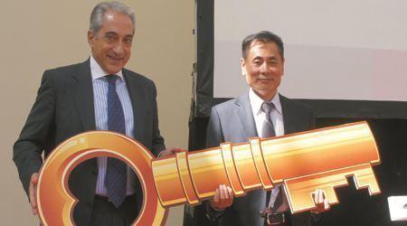 """葡萄牙驻华大使赠送世贸通集团""""开启欧洲大门的金钥匙"""""""